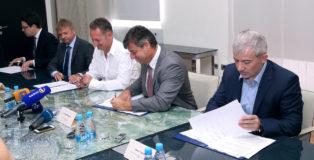 Koper, 25.07.2016 MOK, Mestna obèina Koper, župan Boris Popoviè in minister za infrastrukturo dr. Peter Gašperšiè. Ministrstvo za infrastrukturo, Mestna obèina Koper, Dars in direkcija za infrastrukturo so danes v Kopru podpisali dogovor o razširitvi bertoške vpadnice s sedanje dvopasovne ceste v štiripasovnico.