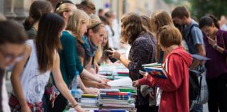 Srednješolci na Martinčev trg po rabljene učbenike