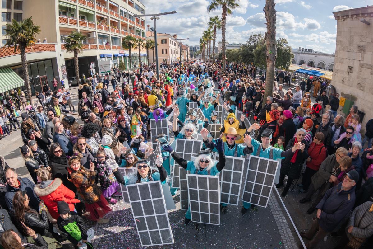 FOTO: Pustni sprevod si je ogledalo več kot 15 tisoč obiskovalcev