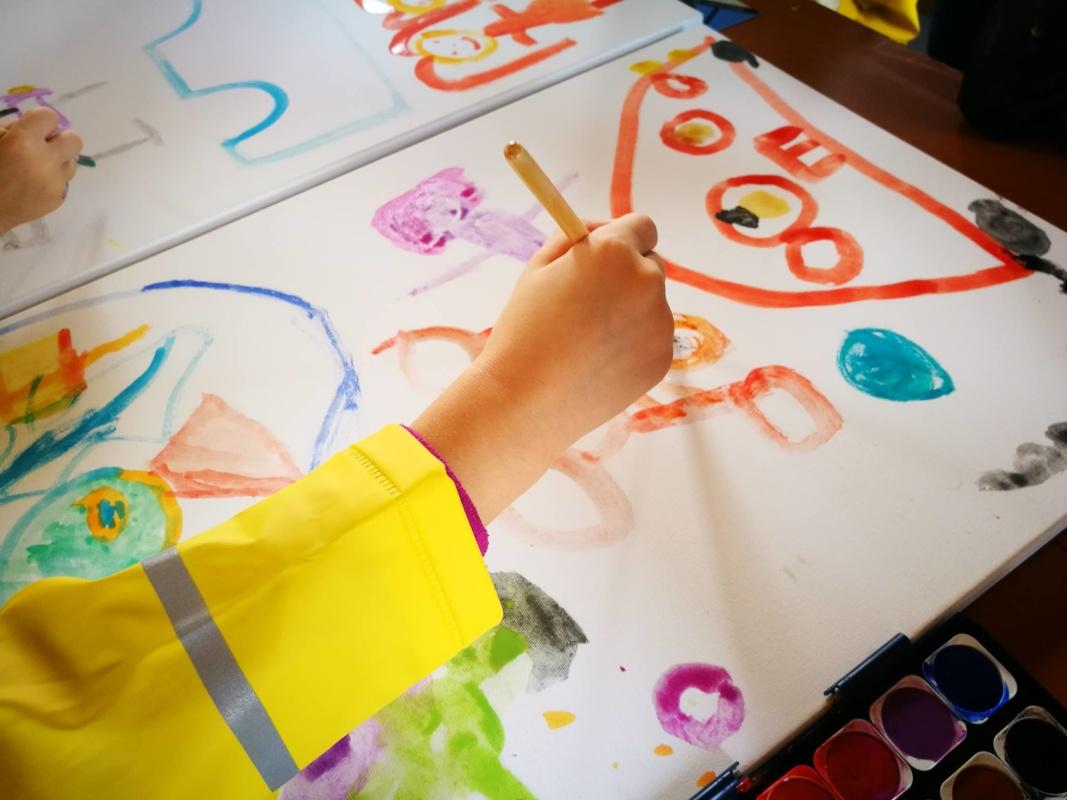 Otrokom in mladostnikom na voljo dodatni programi za blažitev socialnih stisk